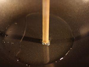 wooden-spoon-oil-temperature